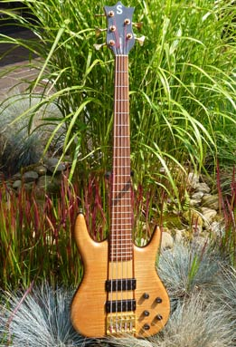 Bass Professor 4/2014, BassMuseum: Ken Smith Chuck Rainey 5 String Striped Maple Top von 1996