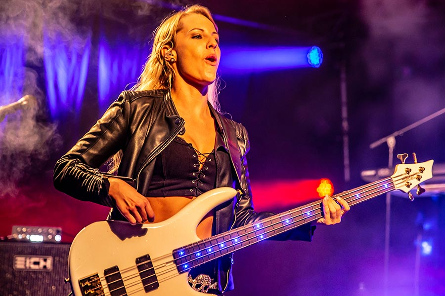 Bass Professor 4/2019. Lady On Bass: Sylvana Lenzschau.